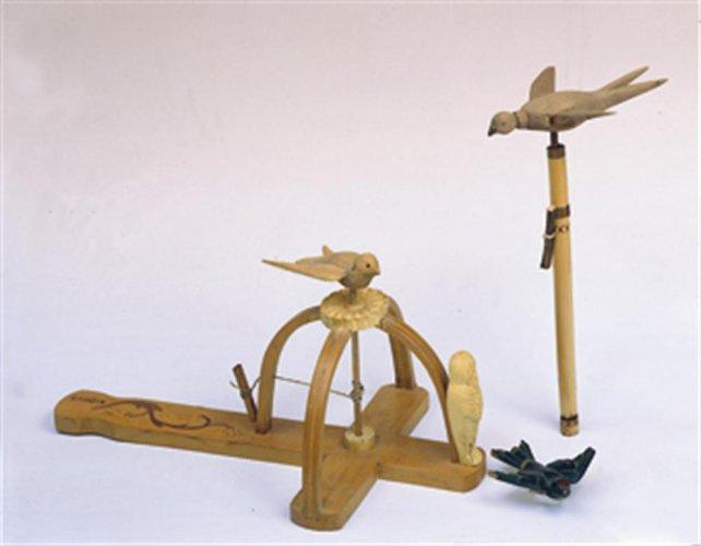 Ξύλινη χελιδόνα εθιμικό παιχνίδι Άνοιξης - Μουσείο Μπενάκη