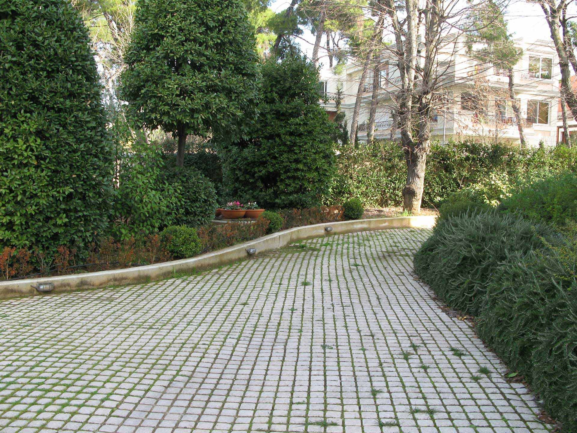 OUTSIDE AREA - GARDEN